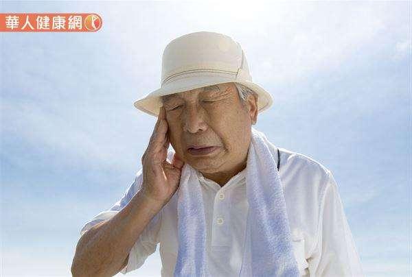 雖然時序入秋冬,但白天氣溫仍偏高,因此各種防暑降溫的措施依然不能少,建議白天著涼爽透氣之衣物;夜間天氣變涼再加上外套保暖,以避免厚重衣物影響散熱,反造成熱傷害發生。(圖/華人健康網提供)