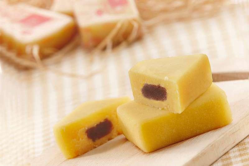 清廷點心搭茶最配,切下一小口綠豆黃放入嘴中,入口即化、綠豆清香縈繞。(圖/哲生御用名點)