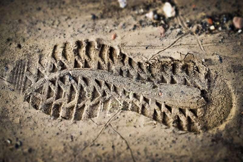 鑑識生態學家必須從鞋印、衣物灰塵上,比對判讀兇嫌的蛛絲馬跡(圖片來源:MichaelGaida@Pixabay)