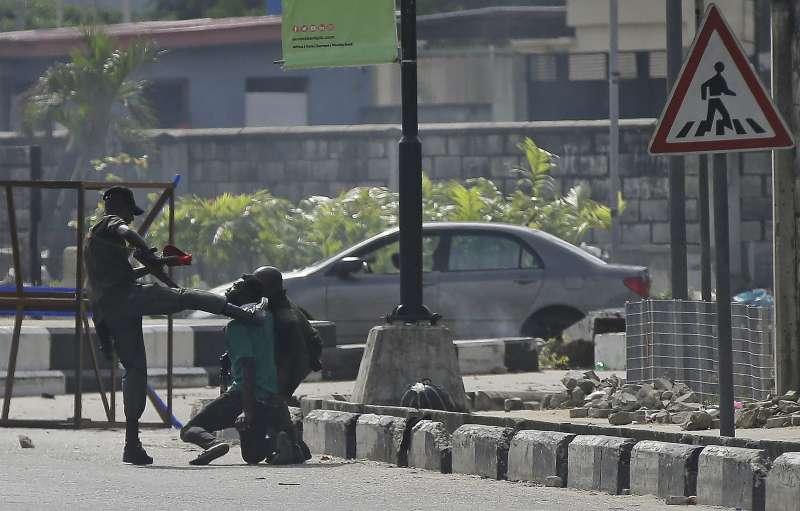 2020年10月,奈及利亞警方鎮壓上街抗議「反搶劫特勤隊」(SARS)警察暴力的示威者。(AP)