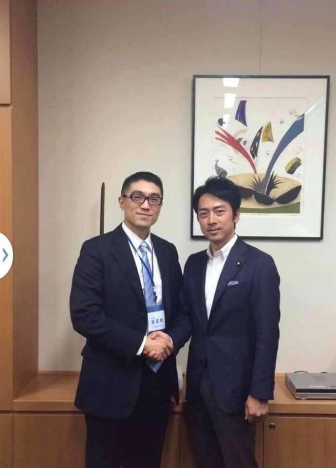 20201022-國民黨前立委謝國樑(左)與日本環境大臣小泉進次郎(右)。(取自謝國樑臉書)