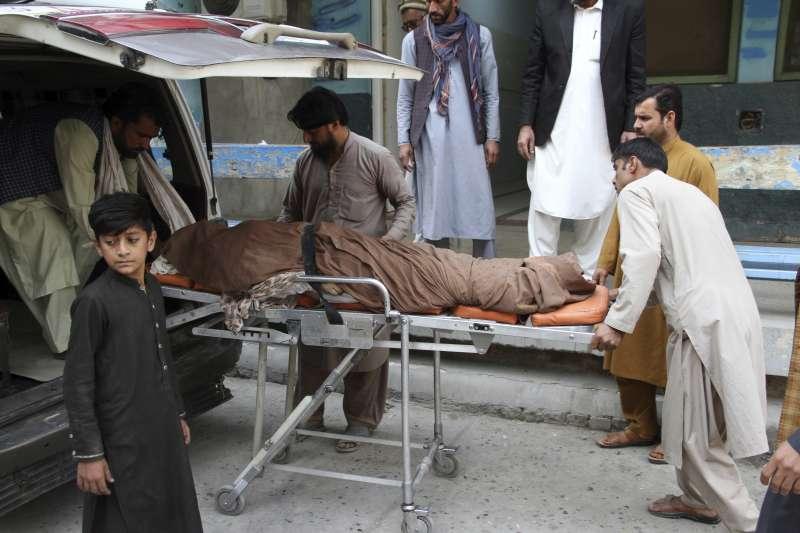 2020年10月21日,阿富汗民眾蜂擁至巴基斯坦領事館申請簽證,卻發生嚴重踩踏意外,造成至少11人喪生。(AP)