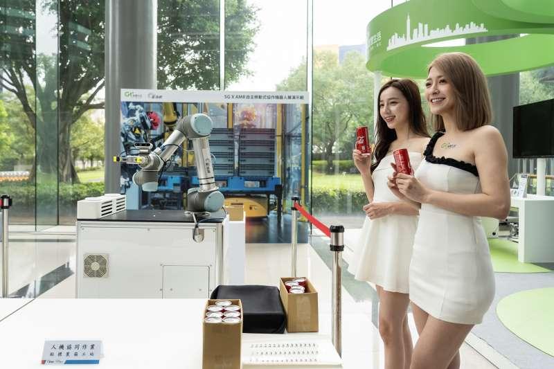 亞太電信協同關係企業富鴻網,透過AMR 自主移動機器人,演繹5G智慧工廠新風貌。(亞太電信提供)