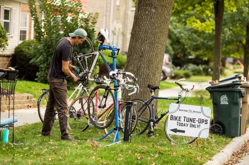 3月初,奧斯特里奇意識到,受新冠疫情影響,他的健身教練工作做不了幾天了。於是他開始利用自己修理自行車的手藝,在威斯康辛州麥迪遜市開了一家行動自行車修理鋪。(NARAYAN MAHON FOR THE WALL STREET JOURNAL)