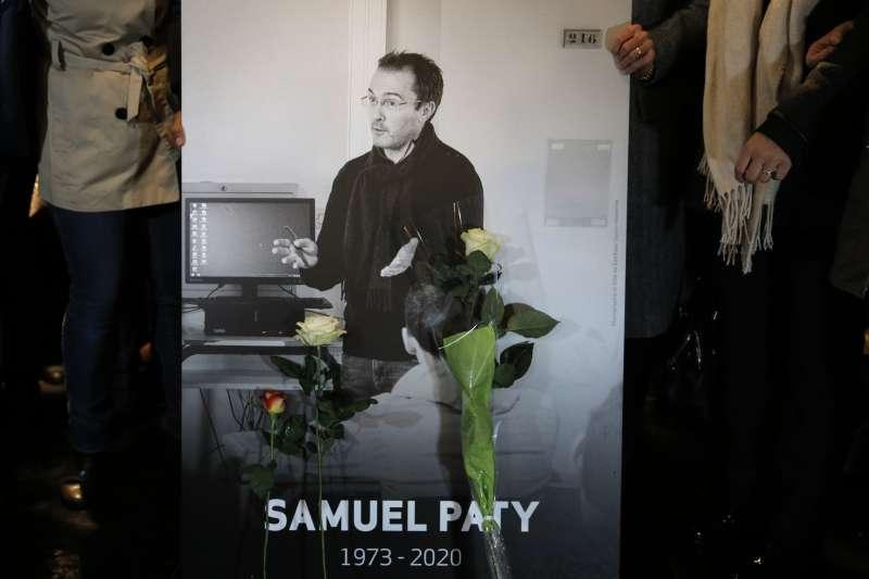 法國中學教師帕帝日前因在課堂談論穆罕默德爭議漫畫而慘遭斬首,21日法國為其舉行國葬。(AP)