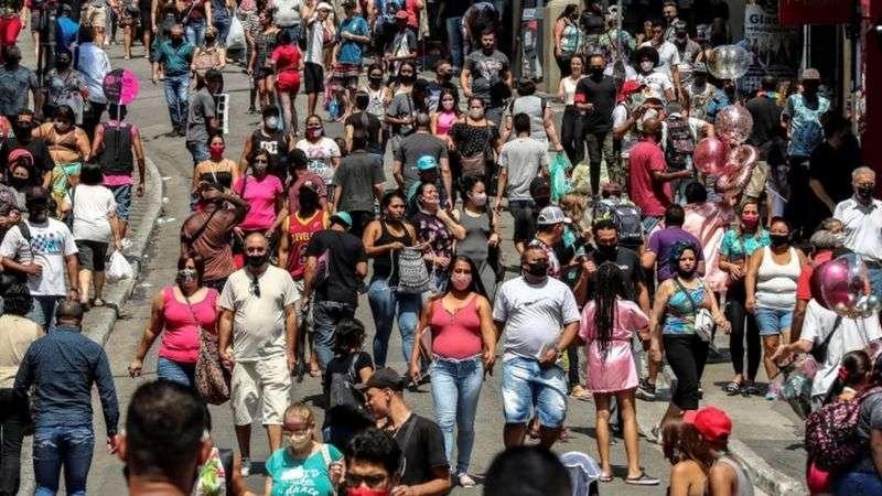 儘管疫情嚴重,但聖保羅的街頭依然人滿為患。(BBC News中文)