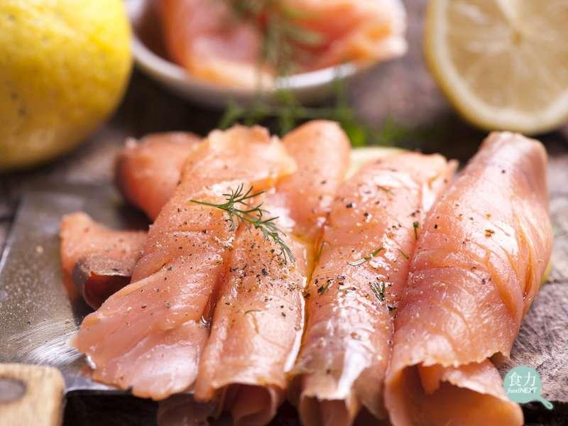 長時間低溫的冷燻法,為鮭魚肉帶來類似於熟成牛肉的風味,可增強煙燻效果。