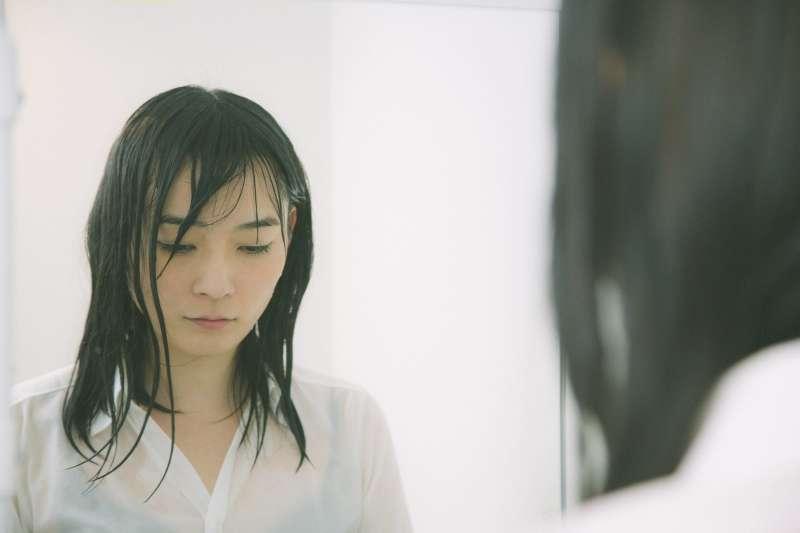 悲傷是最具有感染力的情緒之一,也是極易引發他人同理心的情緒。(示意圖/pakutaso)