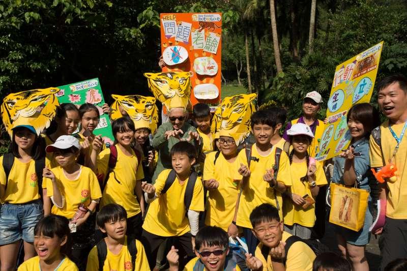 珍古德參加根與芽計畫在台灣舉行的動物嘉年華活動 (珍古德協會提供)