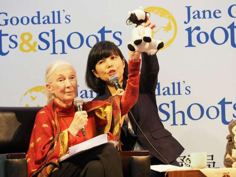 英國靈長類動物學者珍古德(左)與珍古德中華民國總會執行長郭雪貞(右)參加動物保育論壇。(珍古德協會提供)