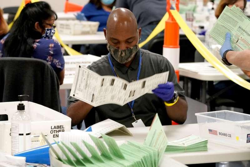 亞利桑那州的選務人員正在對選票進行分類,美國目前已有超過7千萬人提前投票。(美聯社)