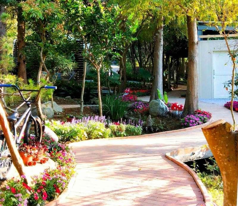 花樹銀行無障礙步道,讓殘障朋友也可以輕鬆遊園。(圖/記者王秀禾攝)