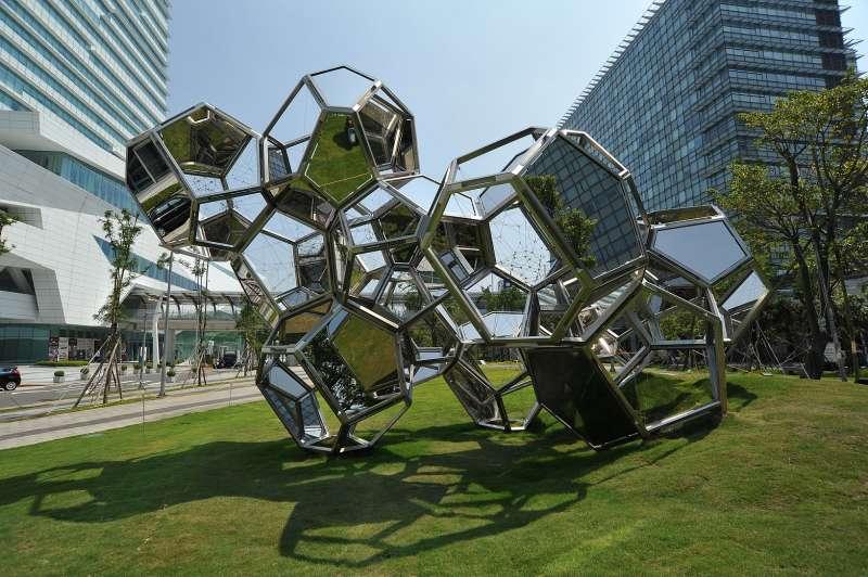 阿根廷藝術家Tomás Saraceno的作品《雲城市:HAT-P-12》坐落於中國信託金融園區旁的三重世貿公園,藝術家以多邊形不銹鋼鏡面打造出「雲」的意象。(中信銀行提供)