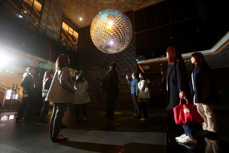 北歐藝術家奧利佛‧埃利亞松的經典作品《Enlightenment Sphere》以2,175片手工玻璃鑲嵌成直徑達275公分的球體,裝置於中國信託園區B棟大廳,強調光影和空間變化。(中信銀行提供)