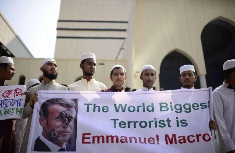 孟加拉29日出現千人遊行,呼籲抵制法國產品。布條上寫著「世上最大的恐怖份子是法國總統馬克宏」。(AP)