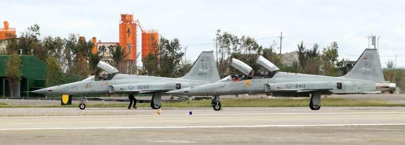 20201029-台東志航基地F-5戰機(左為E型、右為F型),圖非當事戰鬥機。(蘇仲泓攝)