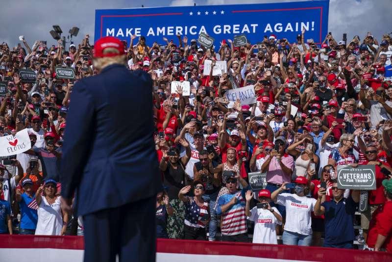 美國總統川普29日在佛羅里達的坦帕市造勢。(美聯社)