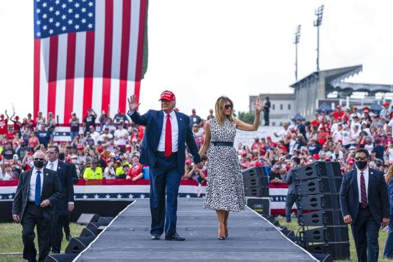 美國總統川普與第一夫人梅蘭妮亞29日在佛羅里達的坦帕市造勢。(美聯社)