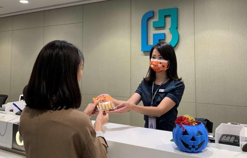 台北富邦銀行今年購入星兒手作點心,10/30當天於20家指定分行與客戶分享,邀請客戶關懷星兒,一同助星兒一臂之力。