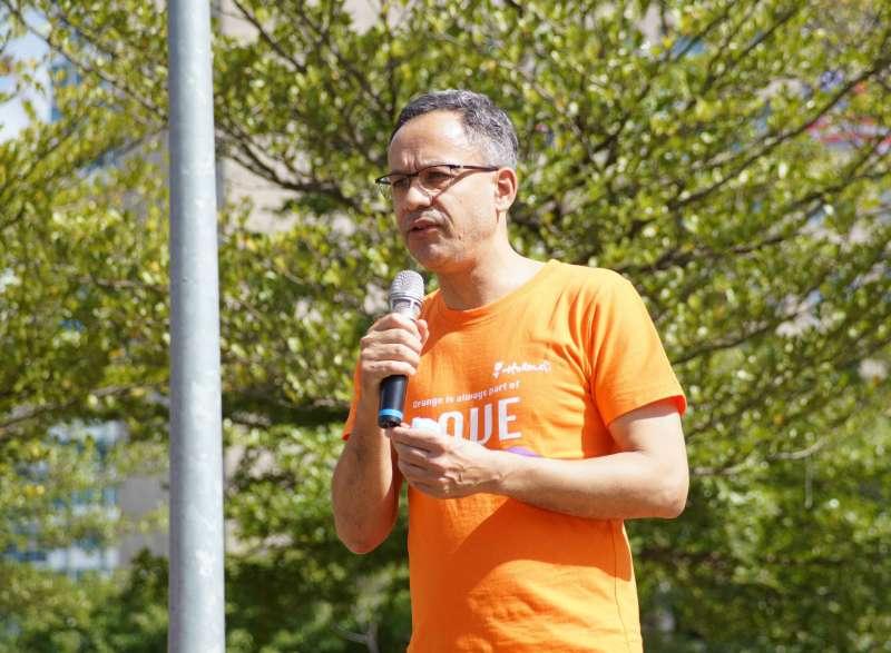20201031-荷蘭在台辦事處31日出席同志大遊行,代表譚敬南致詞。(讀者郭盈君提供)