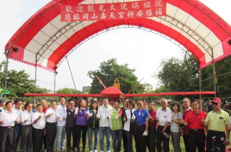 台灣首創的大型長程遙控無人飛機媽祖號揭牌,將提供全國信眾「躦轎腳」祈福活動。(圖/徐炳文攝)