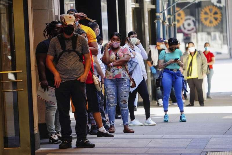 新冠疫情在美國大流行,也掀起民主黨和川普政府防疫、拚經濟孰重的論戰。(美聯社)