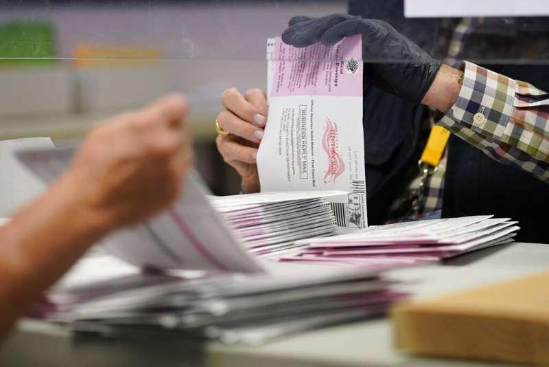 內華達州拉斯維加斯一名選務人員正在整理郵寄選票。(美聯社)
