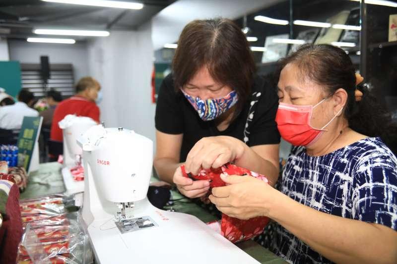 未來將在草衙分館開設縫紉課程讓長輩親手做。(圖/徐炳文攝)