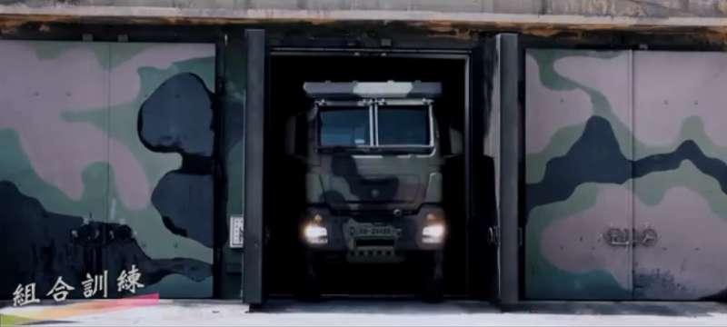 20201102-陸軍司令部今(2)日在臉書發布操演影片,出現操演時未曝光的裝備類型「雷霆2000多管火箭」,披露該武器已部署至金門地區,對中嚇阻顯而易見。(取自中華民國陸軍臉書)
