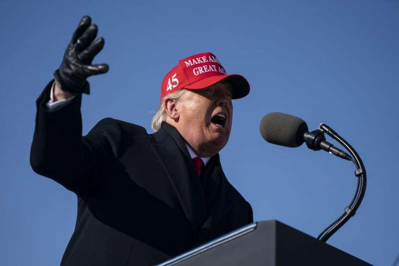 帶著MAGA的帽子,川普成為美國失意人的代言人。(美聯社)