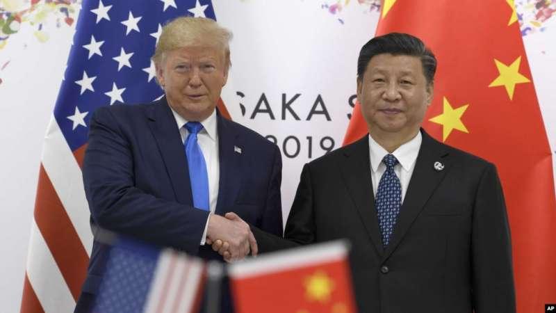 2019年6月29日,美國總統川普與中國國家主席習近平在大阪召開的G20峰會上握手。(美聯社)