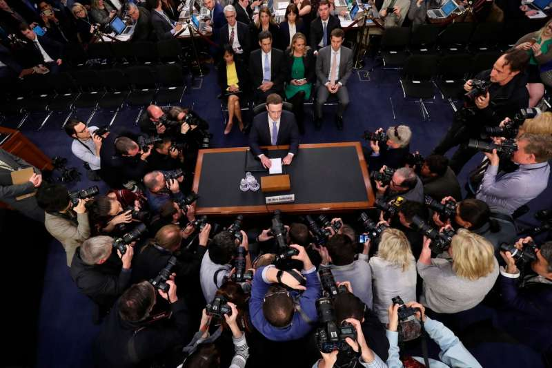 2018年,祖克柏首次在國會作證時,國會議員向他提出了許多關於Facebook隱私控制的問題。 (AP)