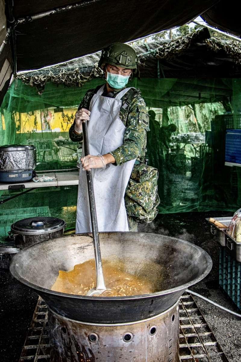 20201104-食勤兵烹飪。(國軍第4作戰區提供)