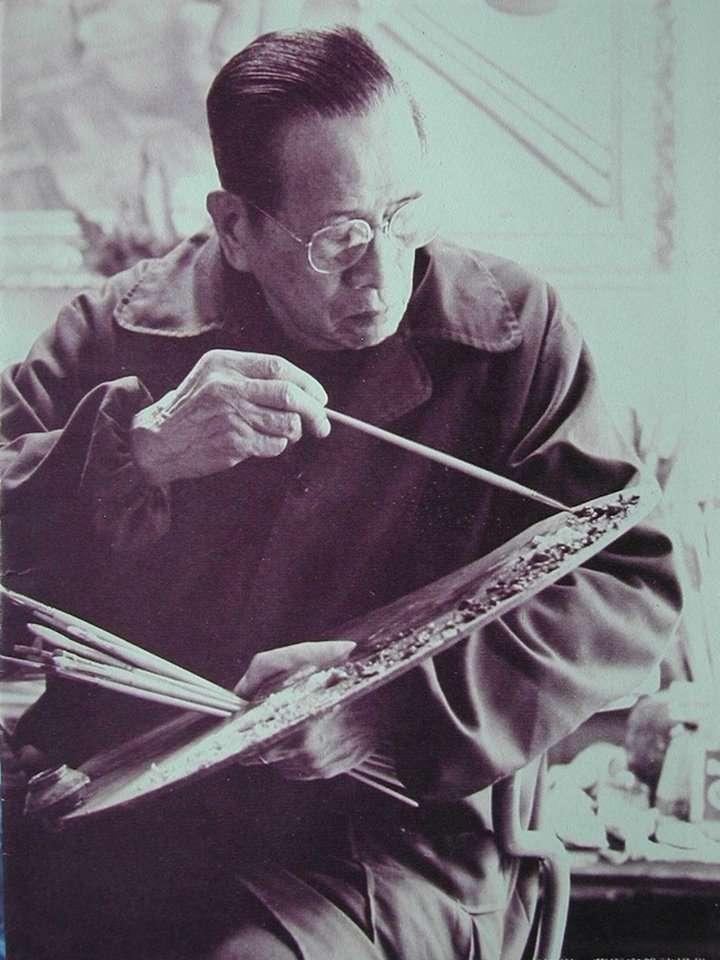 畫家李梅樹晚年作畫。(取自維基百科)