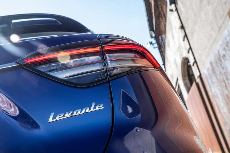 2021 年式 Levante 全新設計的 Boomerang 旋鏢型 LED 尾燈(圖 / Maserati 提供)
