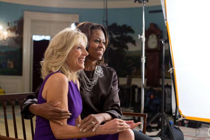美國前第一夫人蜜雪兒(Michelle Obama)與時任副總統拜登的妻子吉兒。(Public Domain)