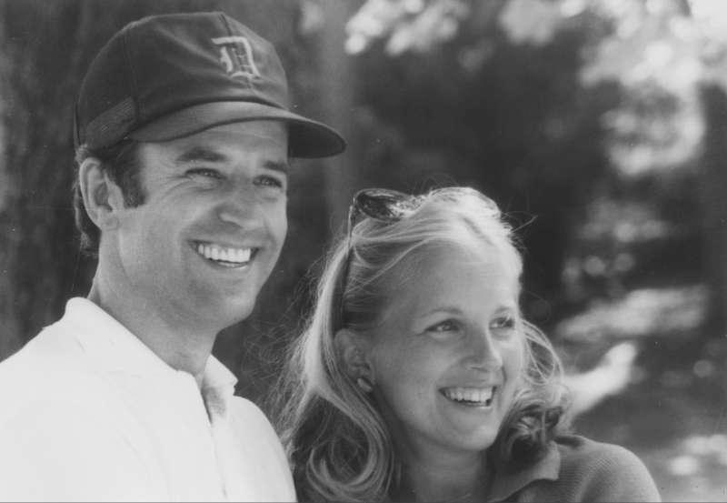 拜登與吉兒在1970年代初相識時的合影。(Public Domain)