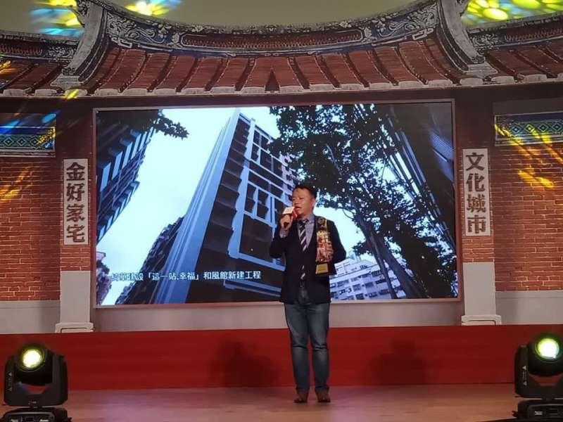 綺華機構特助陳柏谷感謝建築界專家們對《這一站.幸福-和風館》的肯定,獲頒【金石精工首獎】。(創意家提供)