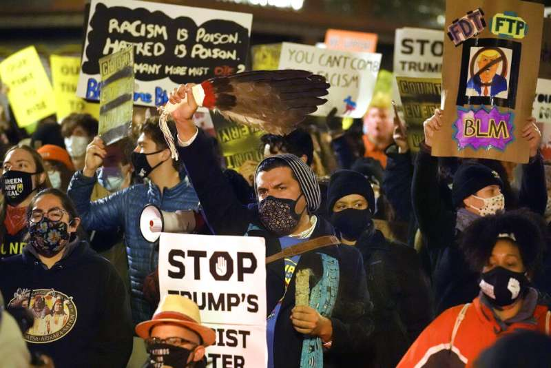 麻省波士頓的民眾4日晚間上街抗議,反對川普「停止計票」的要求。(美聯社)