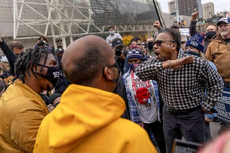 一名川普的支持者在底特律的計票中心外大聲抗議。(美聯社)