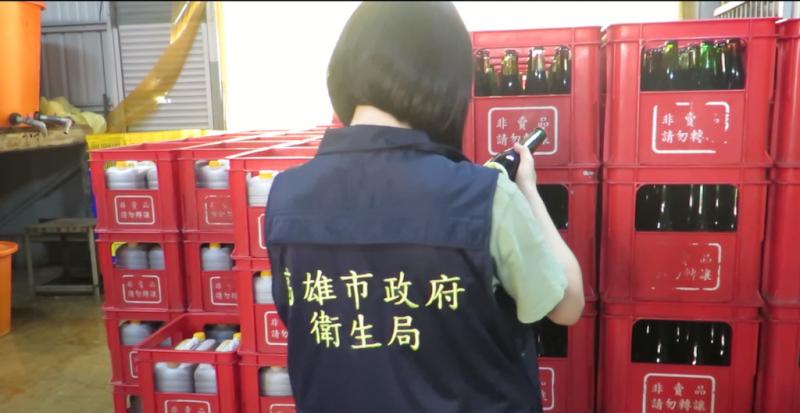 衛生局人員稽查醬油製造業者。(圖/徐炳文攝)