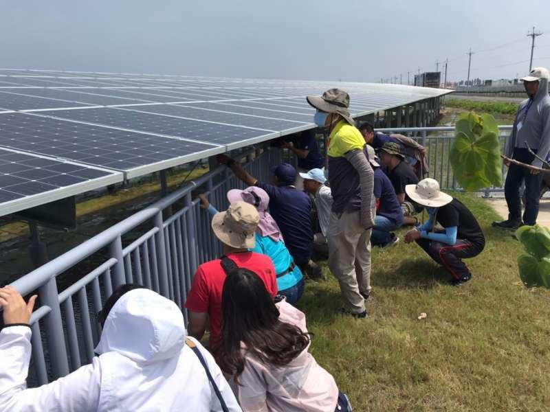韋能能源在嘉義義竹電廠為志工講解太陽能系統。(韋能能源提供)