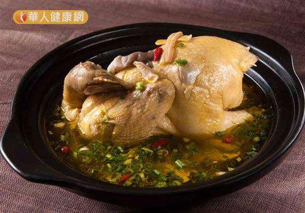 冬天氣溫驟降,最適合雞湯進補,驅寒保暖。(圖/截自華人健康網)