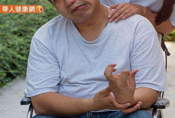 臉歪、手垂、大舌頭、平衡失常、感覺異常等現象,都是中風的可能症狀、表現!(圖/截自華人健康網)