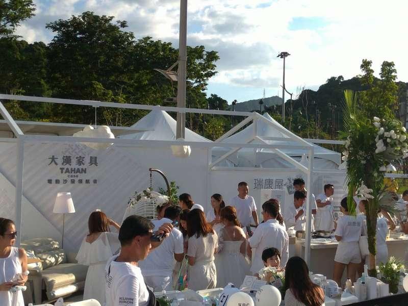 圖二、大漢家具第三年參加白色野餐,銀白色電動沙發驚豔全場。(圖/大漢家具提供)