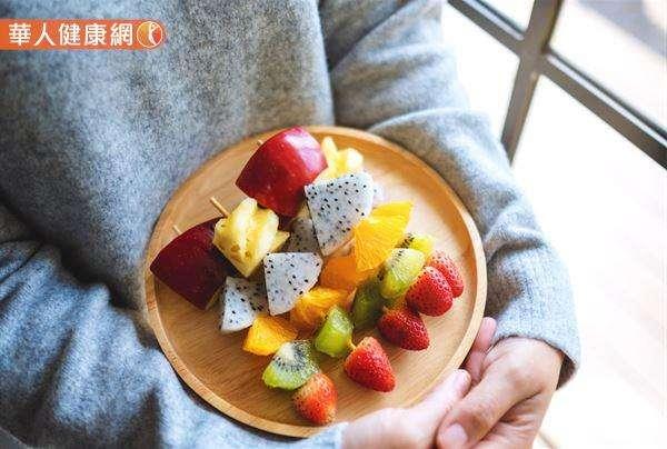 根據國民健康署2013- 2016國民營養健康狀況變遷調查結果,發現台灣19~64歲的成人,有高達86%的比例,每天水果攝取量不足2份。(圖/華人健康網提供)