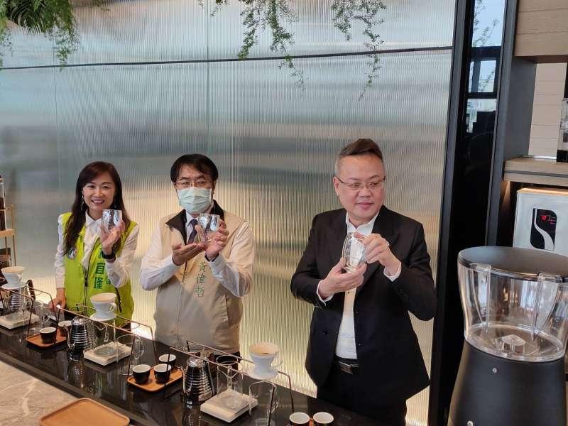 立法委員林宜瑾(左起)、台南市長黃偉哲、董事長林聰麟在活動現場中為社福工作人員沖煮咖啡,象徵善念像咖啡香一樣飄香遠播。(圖/徐炳文攝)
