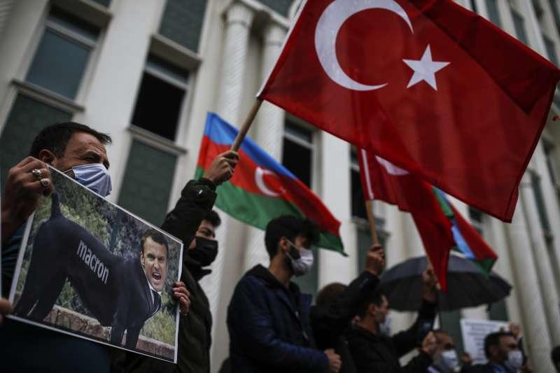 納哥諾卡拉巴克(納卡)停火:亞塞拜然民眾揮舞國旗和土耳其旗幟(AP)