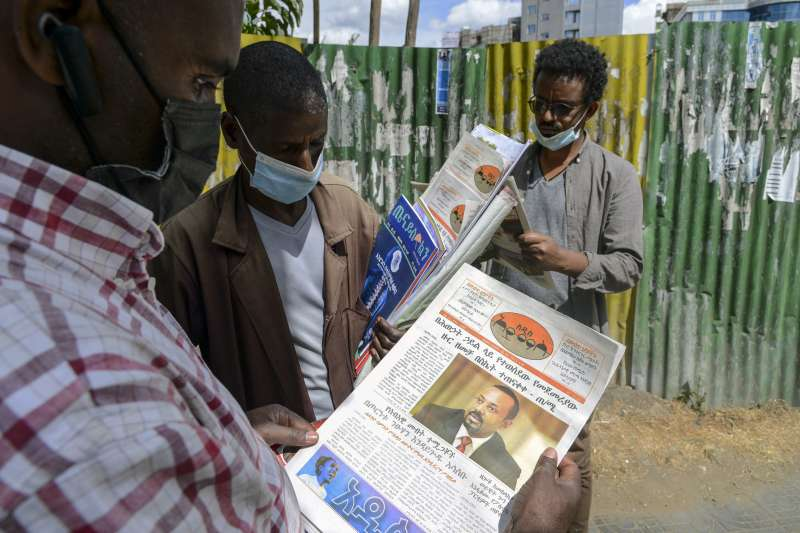 2020年衣索比亞與提格雷自治政駁火衝突,恐將演變為內戰。圖為衣國人民翻看報刊。(AP)