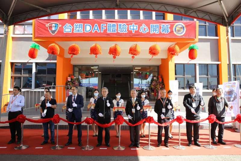 台塑汽車DAF體驗中心開幕儀式合影。(台塑汽車提供)